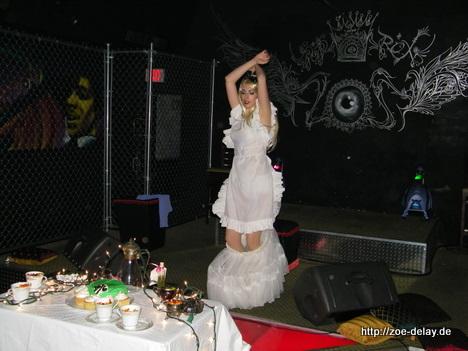 Aurora Natrix in einem von Miami Beach Clubs